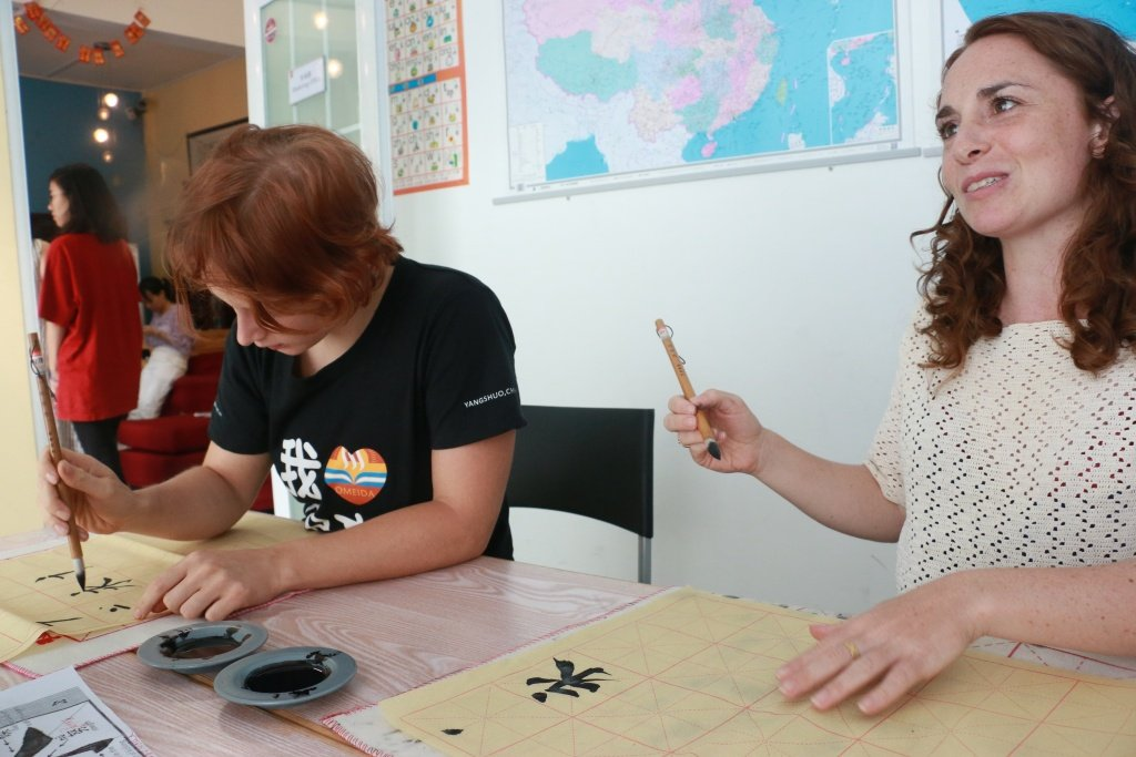 foreign-students-doing-Chinese-calligraphy