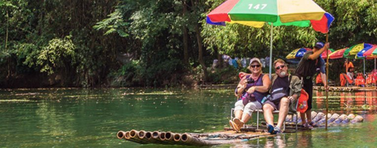 couple-bamboo-rafting-on-the-yu-long-river-yangshuo