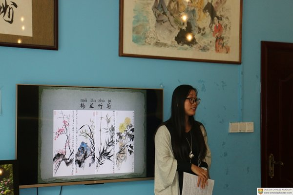 Our-teacher-Zhuge-standing-in-front-of-her-ink-blowing-presentation